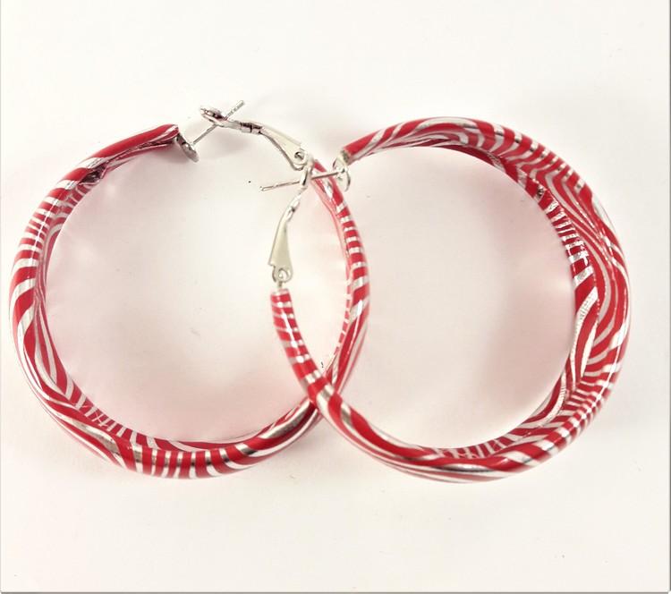 Runt örhänge i rött och vitt