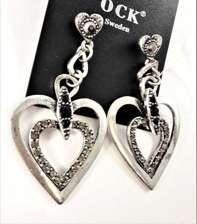 Långt örhänge med silverfärgade hjärtan, kedja och och strass