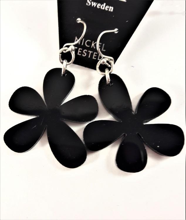 Örhänge med svart blomma