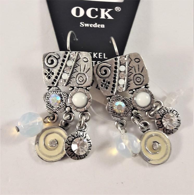 Silverfärgat örhänge med fina gnistrande detaljer