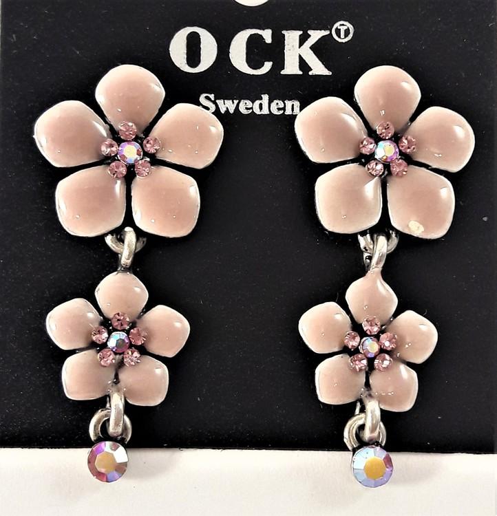 Emaljerat, rosa örhänge i form av fembladig blomma med liten blomma och strass