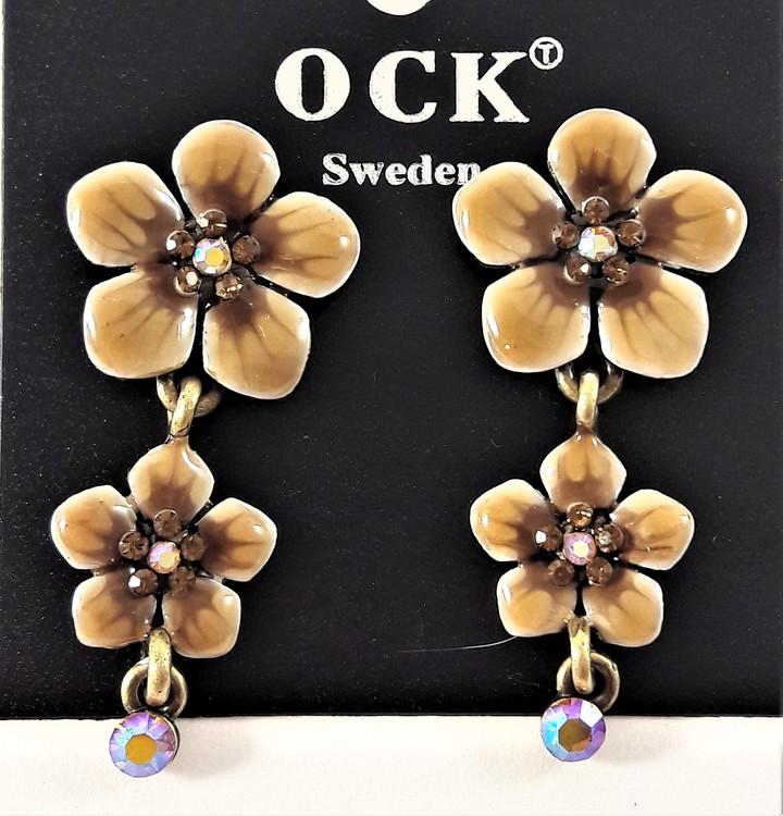 Emaljerat, brunt örhänge i form av fembladig blomma med liten blomma och strass