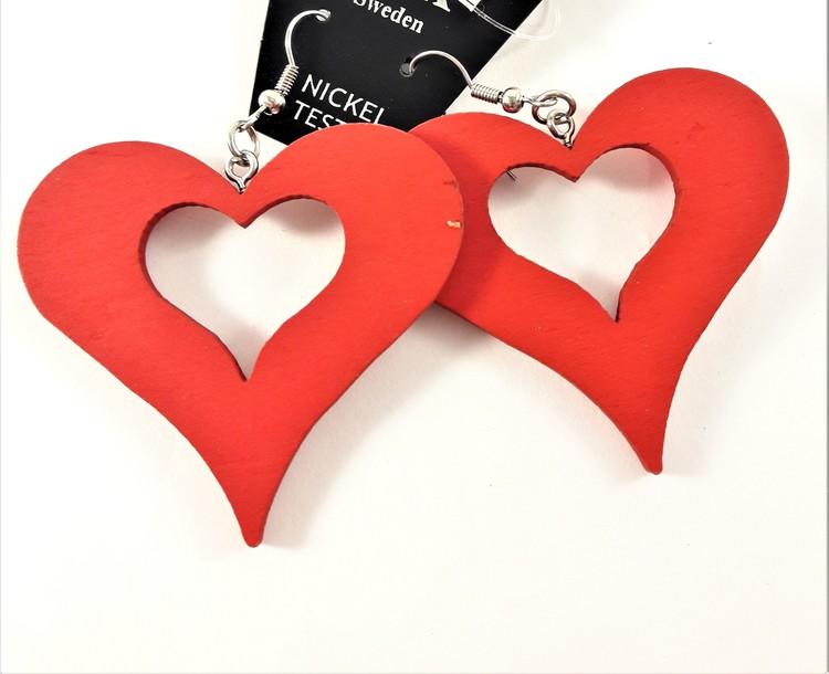 Rött örhänge av trä i form av hjärta