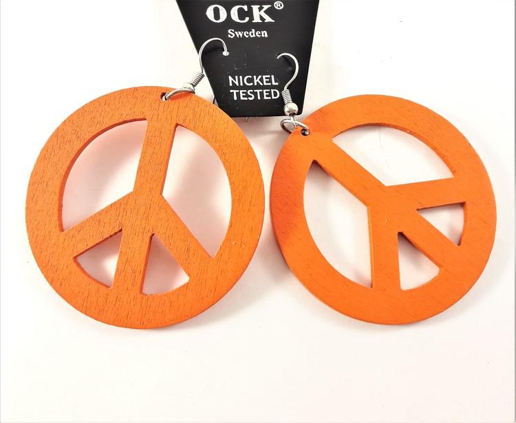 Orange örhänge av trä i form av peacemärke