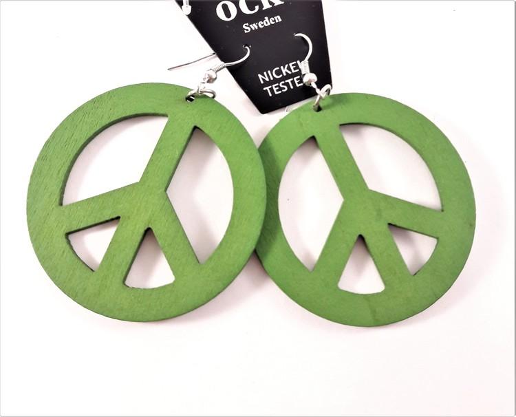Grönt örhänge av trä i form av peacemärke