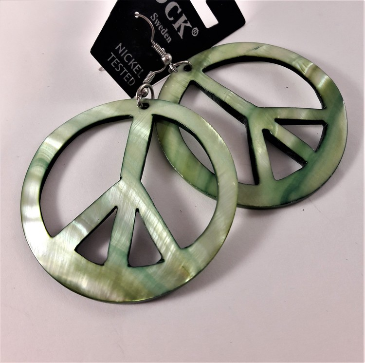 Grönt örhänge av snäckskal i form av peacemärke, litet