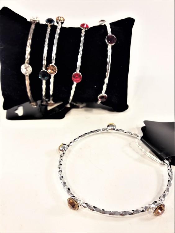 Stelt metallarmband med lila stenar