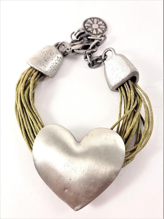 Armband med Ljusgröna Trådar och Silverfärgat Hjärta