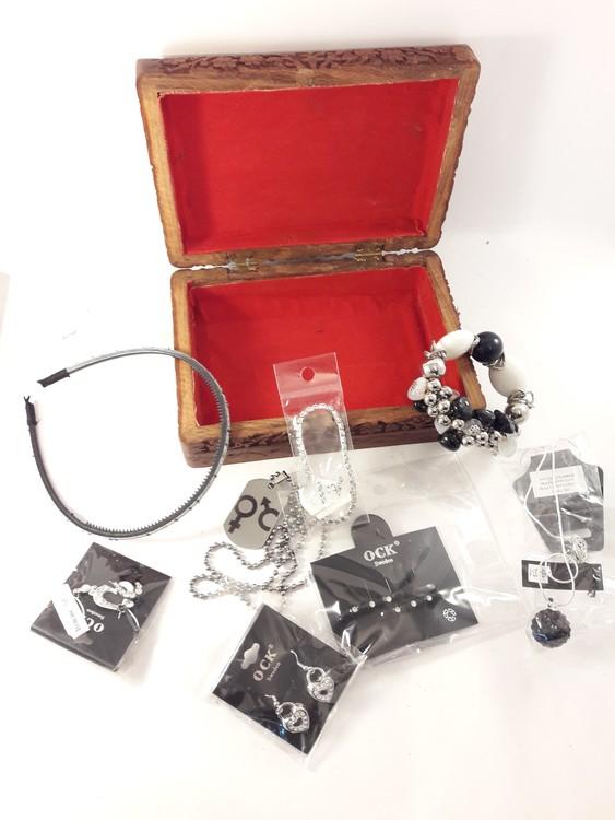 Handgjort snidat träskrin med armband, örhängen,  halsband, diadem, hårklämmor, nageldekorationer (svart och vitt)