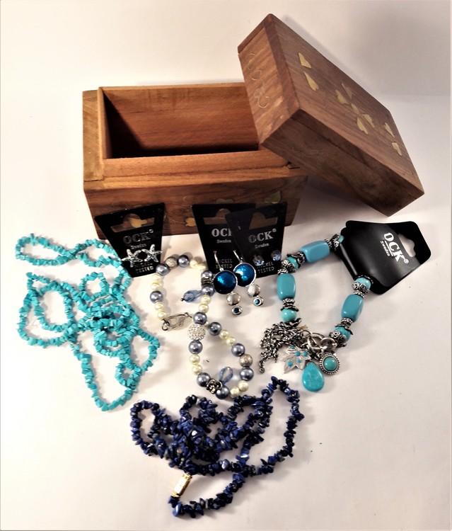 Handgjort snidat träskrin med armband, örhängen, halsband (blå toner)