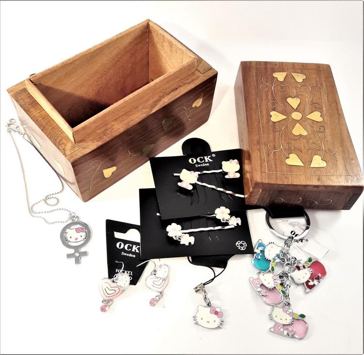 Handgjort snidat träskrin med nyckelring, örhängen, halsband, mobilhänge, hårklämmor (Hello Kitty)