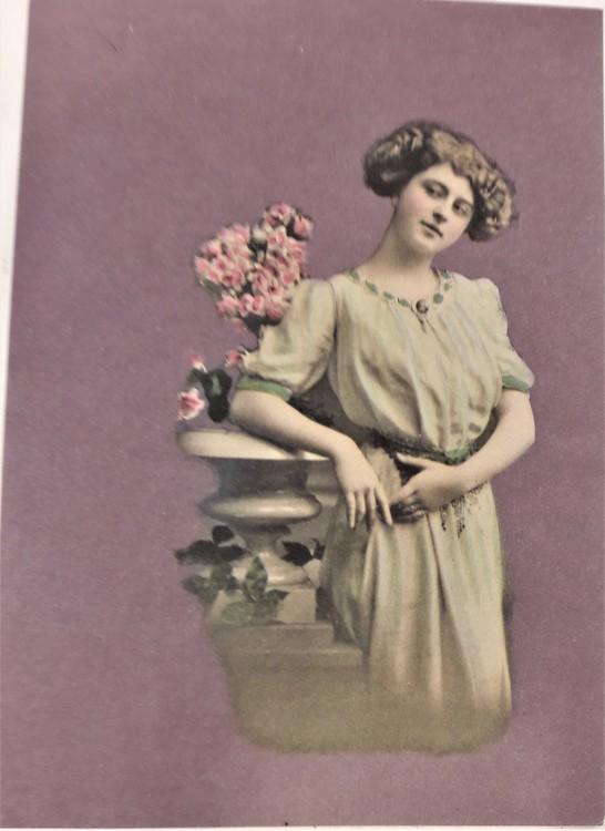 Kort/vykort med gammaldags motiv med kvinna