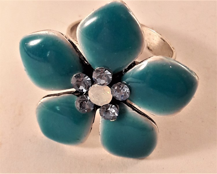 Ring med blå detaljer i form av blommor