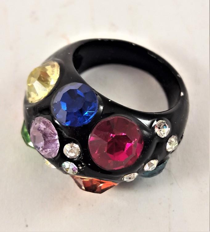 Häftig svart ring med stenar i flera glittriga färger, 18 mm
