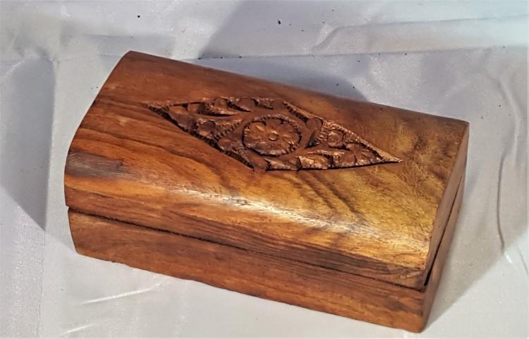 Litet snidat handgjort träskrin