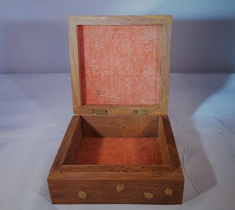 Snidat handgjort träskrin