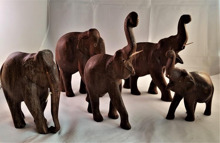 Snidade handgjorda elefanter