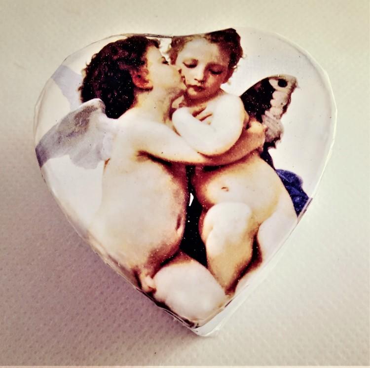 Hjärtformad ask med änglamotiv