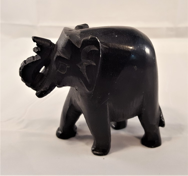 Handgjord svart elefant i sten