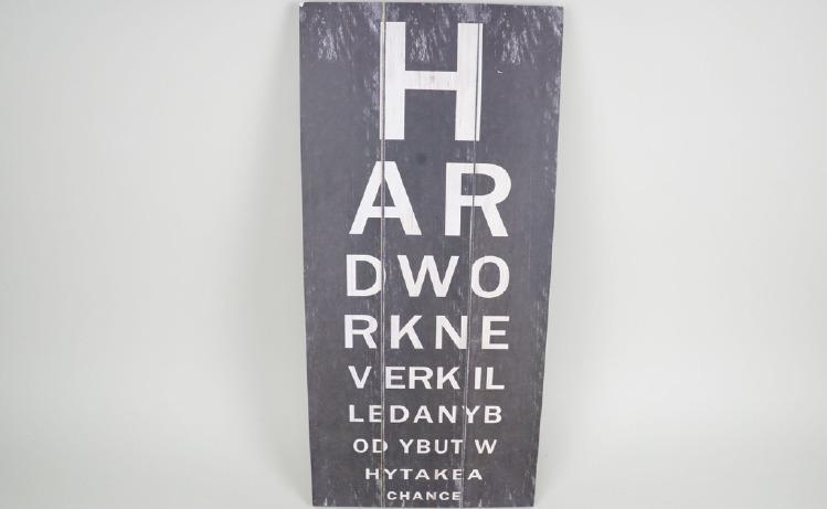 "Trätavla med bokstäver, svart, ""Hard work never killed anybody but why take a chance"""