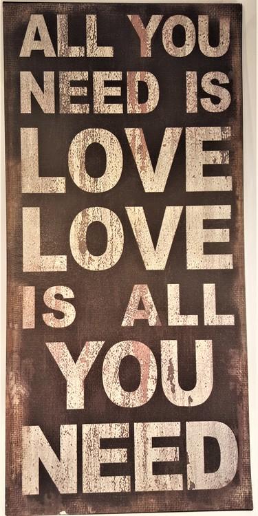 """Plåttavla med texten """"All you need is love...""""."""