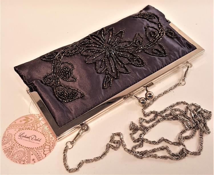 Handgjord svart aftonväska med dekorationer
