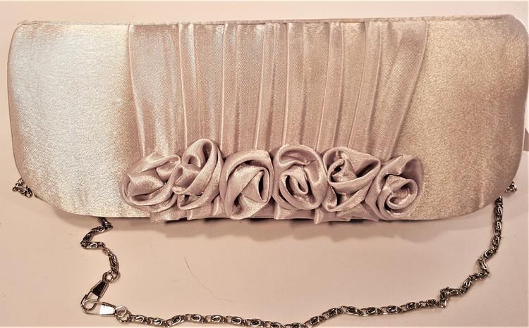 Aftonväska i skimrande tyg med rosor