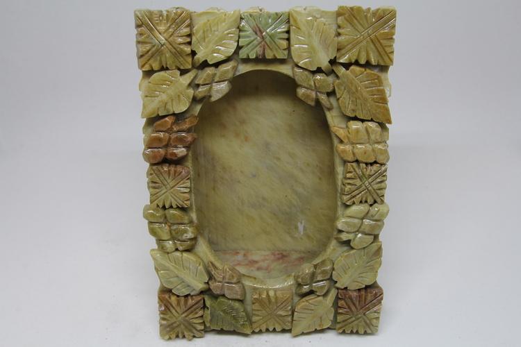 Fotoram i sten, med utskurna detaljer, handgjort