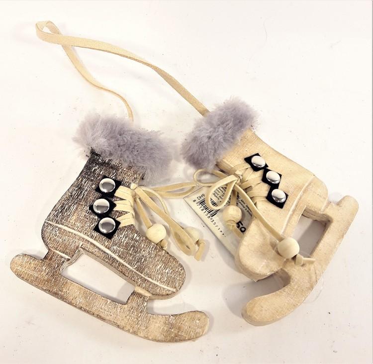Söta skridskor i trä som dekoration med läderband