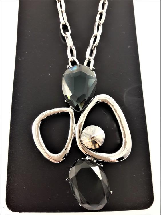 Halskedja med silverfärgade detaljer och svarta stenar