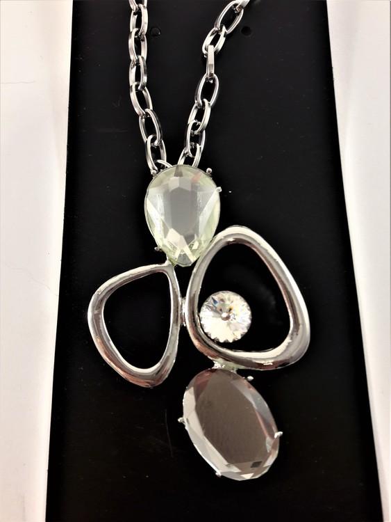 Halsband med Silverfärgade Detaljer och Vita Stenar