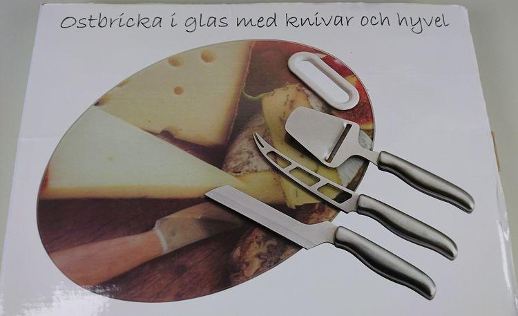 Ostbricka i glas med knivar och hyvel