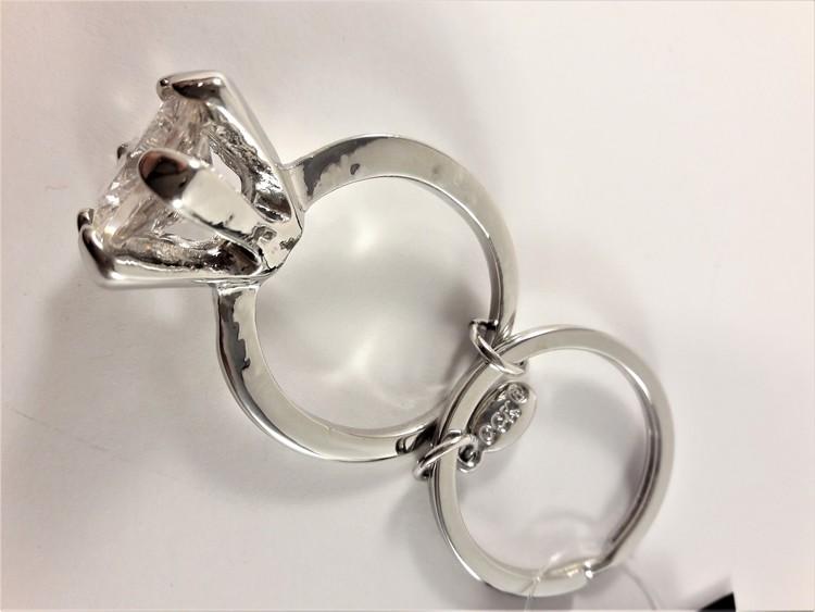 Silverfärgad nyckelring med ring med stor glittrande sten