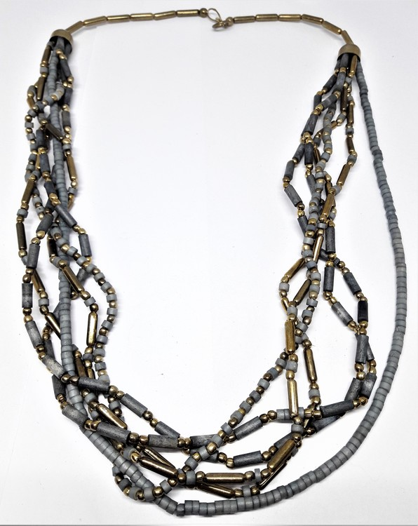 Flerradigt halsband i grått