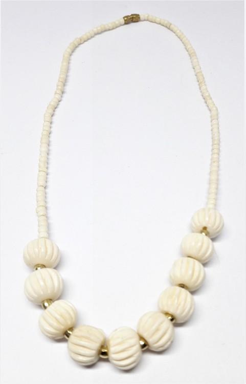 Kort halsband med randiga vita kulor