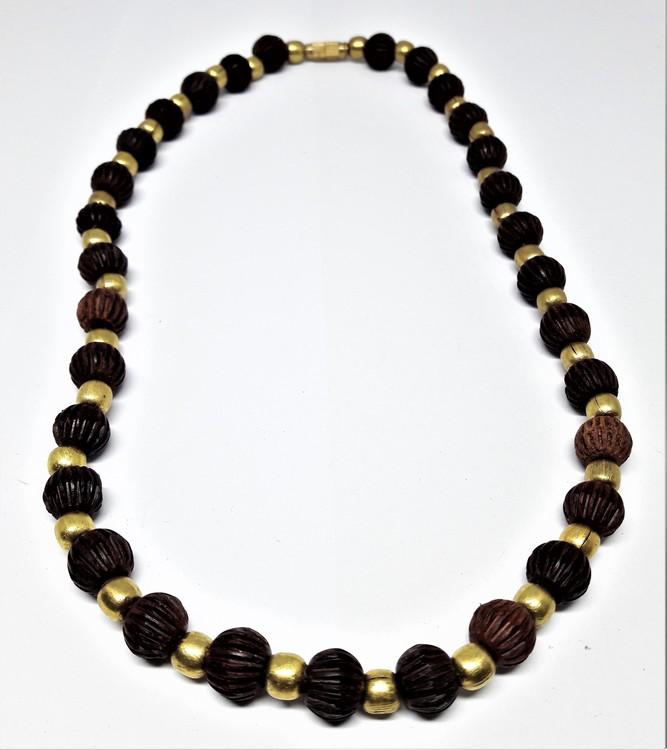 Halsband med räfflade bruna kulor i rosenträ