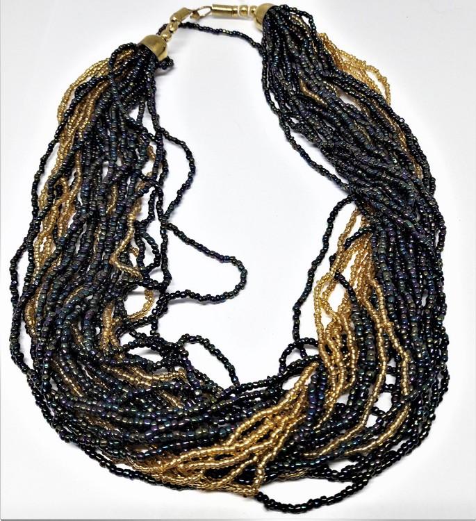 Flerradigt tvåfärgat halsband av små pärlor, guldfärgad metall