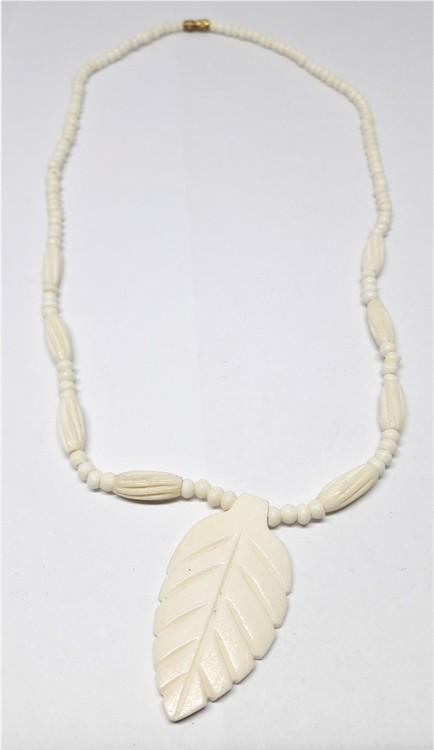 Halsband, med löv, av ben