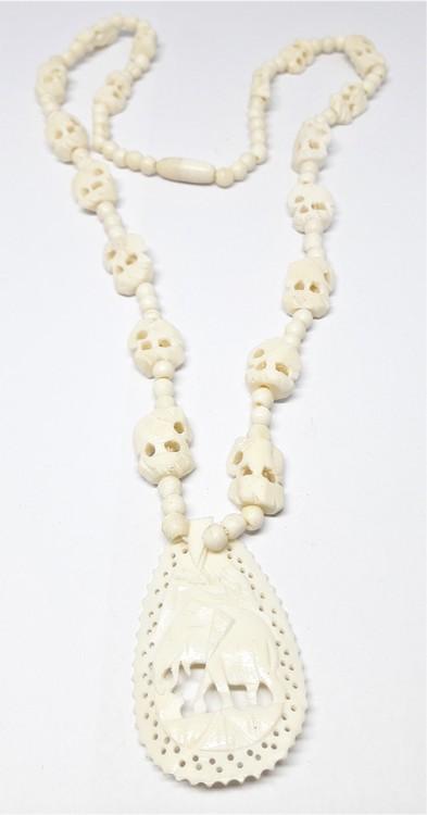 Halsband av ben med fint utskurna elefanter