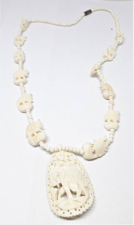 Halsband av ben med fint utskurna elefanter och små kulor