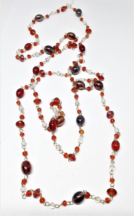 Långt halsband med kulor i rött och silverfärg
