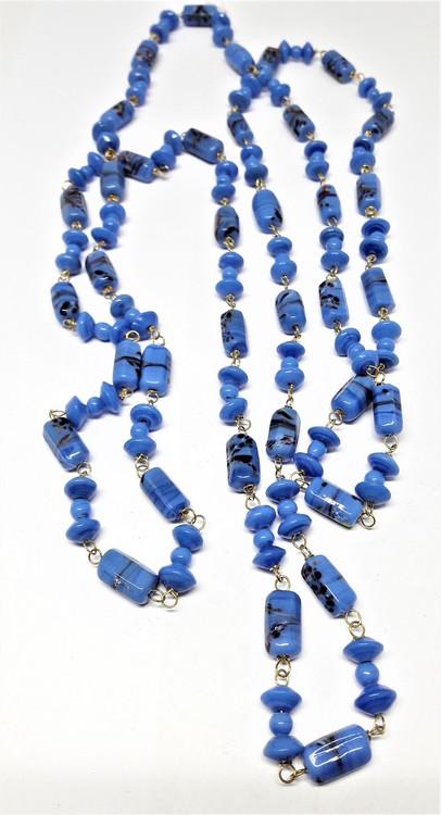 Långt halsband med kulor i ljusblått med mönster