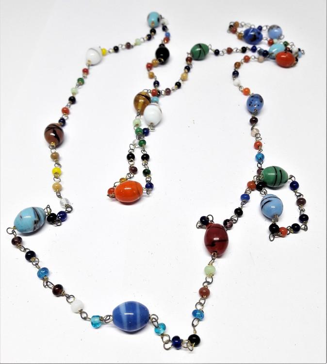 Långt halsband med mixade rundade färger/kulor
