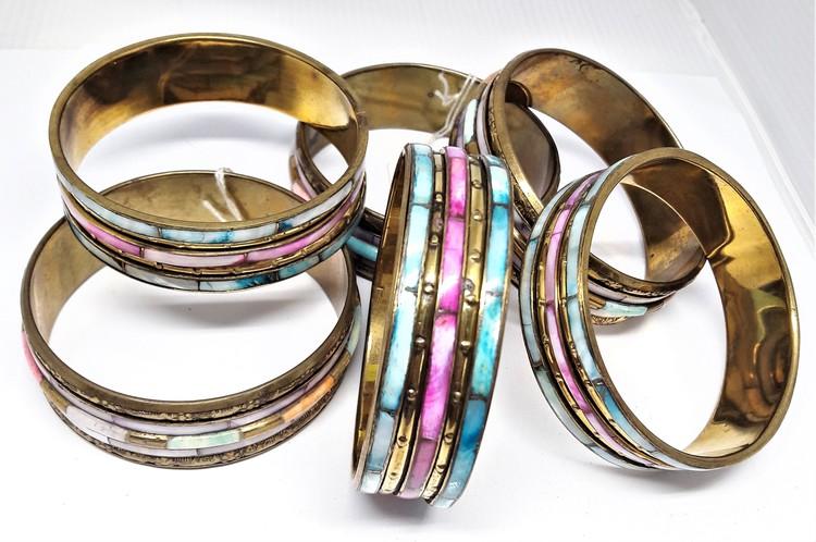 Skimrande, stelt metallarmband, flerfärgat