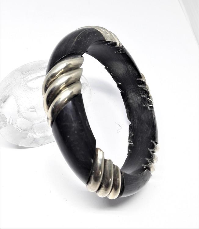 Stelt armband med 3 silverfärgade ränder