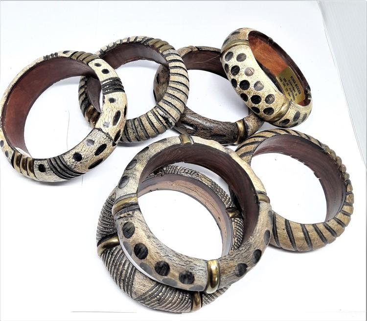 Stelt armband av trä med varierande mönster