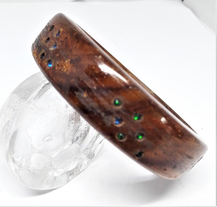 Stelt armband av trä med färgade inlägg