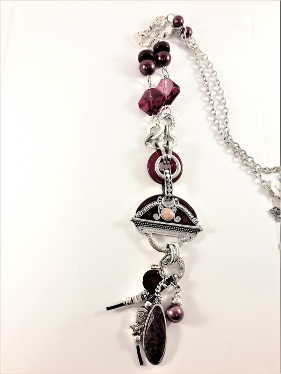 Detaljrikt halsband med kedja och många detaljer lila och silverfärg