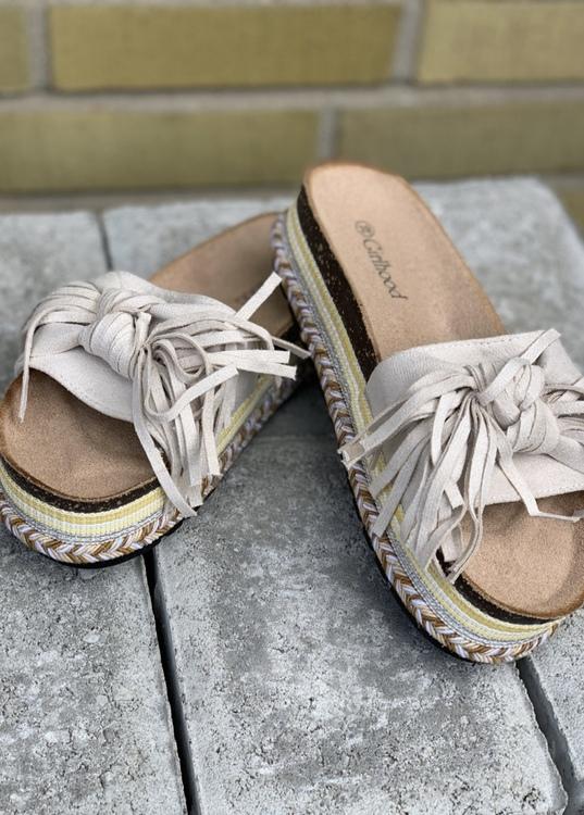 Sandal med beige roset  hög sula