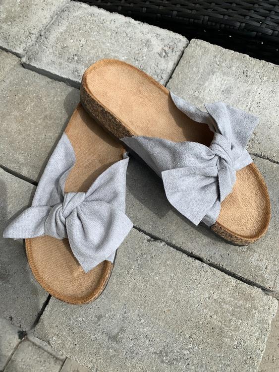 Sandal med roset i ljusgrå